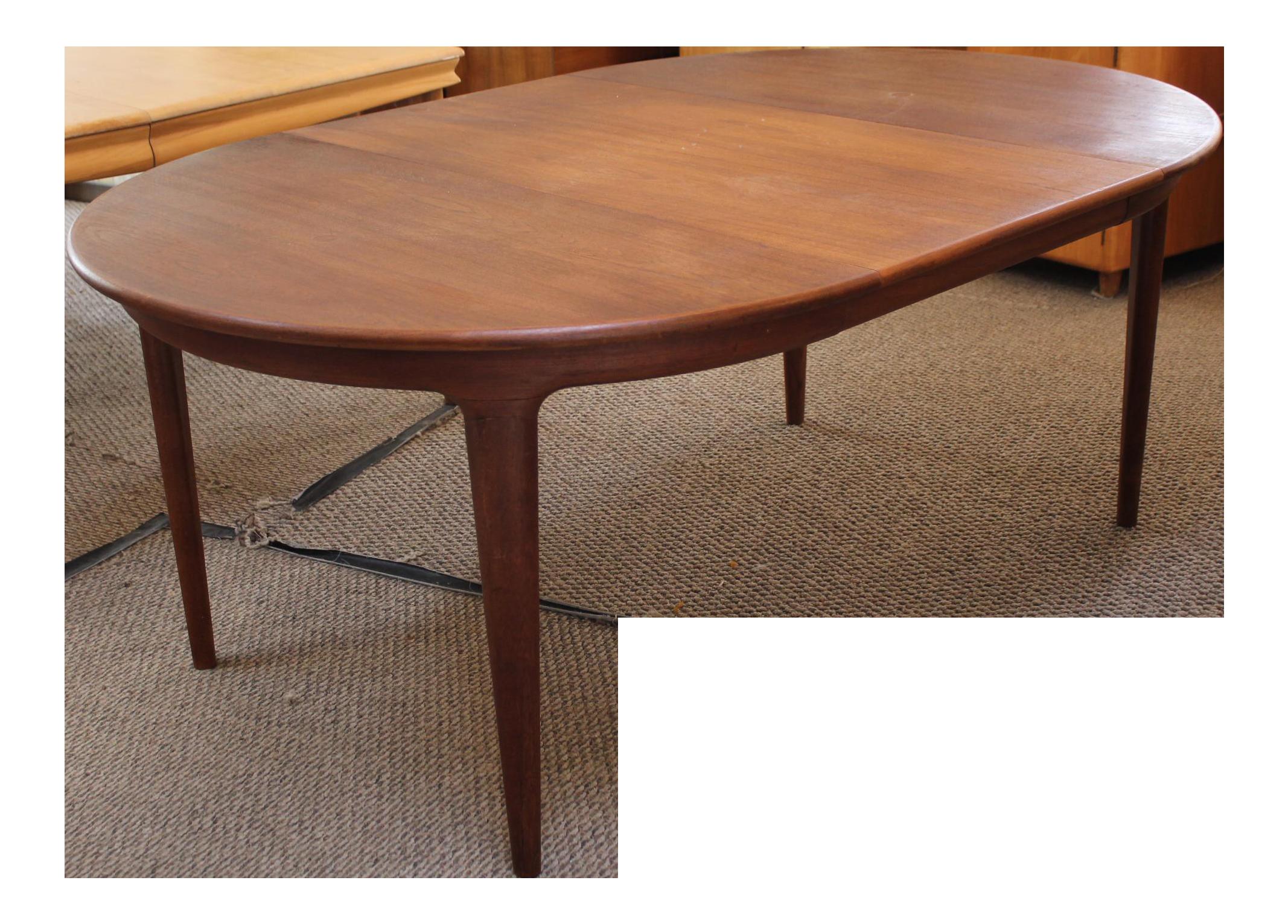 Soro Stole Round Teak Expandable Dining Table