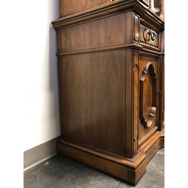 THOMASVILLE Ceremony Collection Burl Walnut Breakfront China Display Cabinet - Image 10 of 11