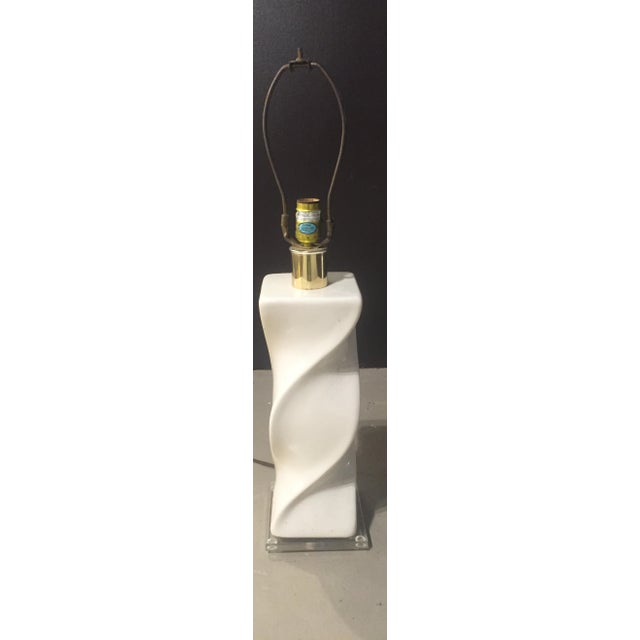 Mid-Century White Swirl Lamp With Lucite Base - Image 3 of 4