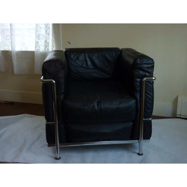 Le corbusier style black leather club chair chairish for Le corbusier chair history