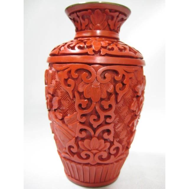 Small Mid-Century Chinese Cinnabar Cabinet Vase - Image 5 of 9