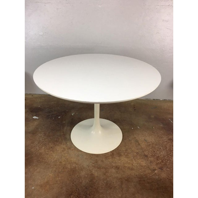 Set of 4 Saarinen Style Tulip Table and Propeller Base Chairs by Burke - Image 9 of 11