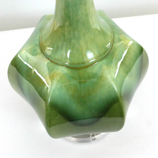 Hollywood Regency Green Pottery & Lucite Lamp - Image 5 of 6