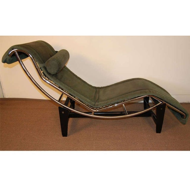 Le corbusier lc4 green leather chaise longue chairish for Chaise longue lecorbusier
