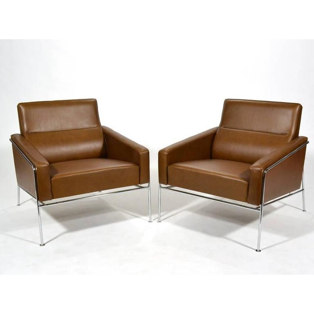 Pair of Arne Jacobsen Series 3300 Lounge Chairs - Image 4 of 11