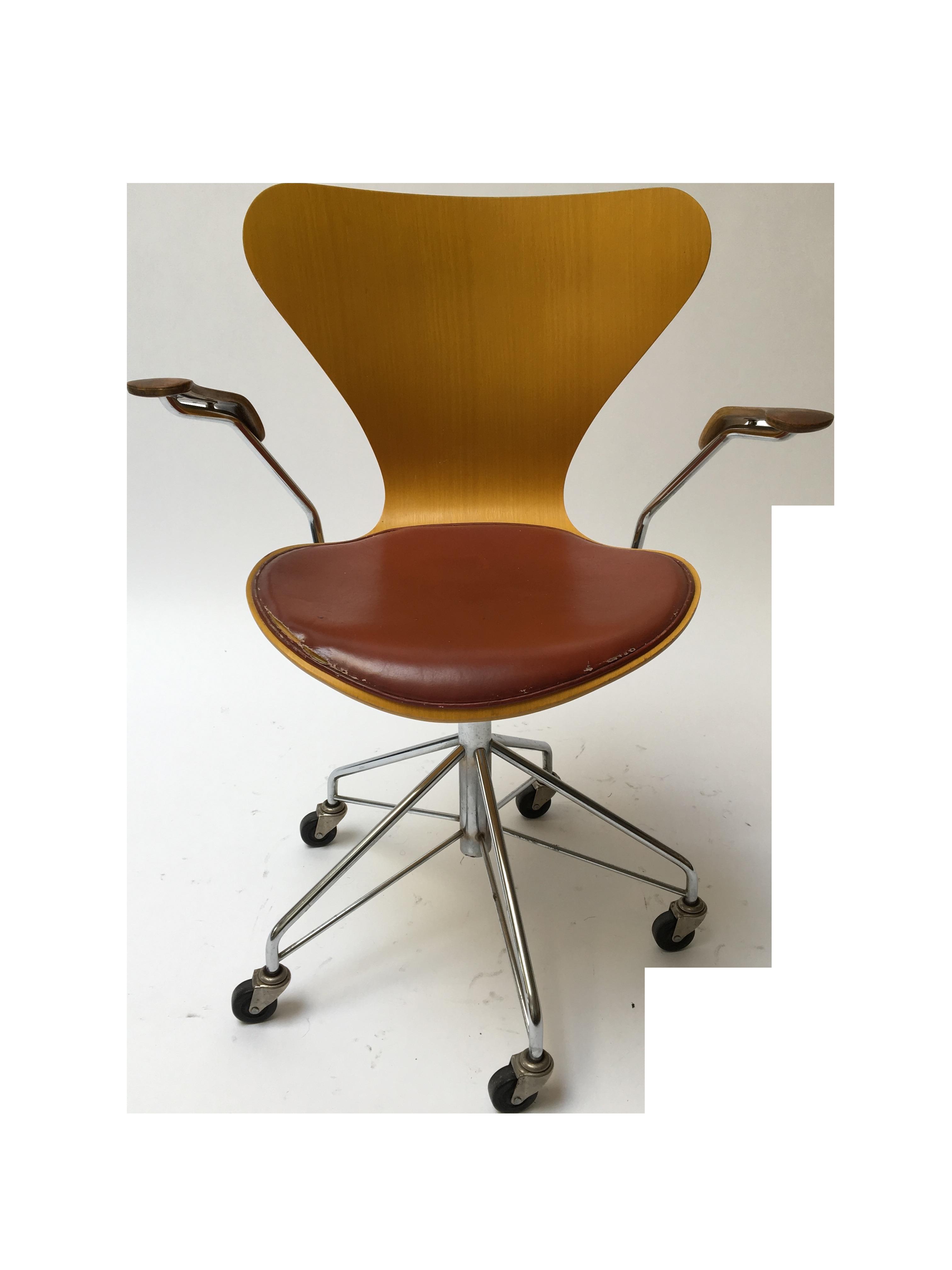 Arne Jacobsen Series 7 Rolling Arm Chair Chairish : 5a9eb44f c44c 42b1 a351 b798d5928d9easpectfitampwidth640ampheight640 from www.chairish.com size 640 x 640 jpeg 20kB