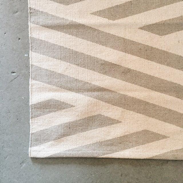 "Minimal Gray Cotton Screen Print Rug - 3'2"" x 2' - Image 4 of 5"