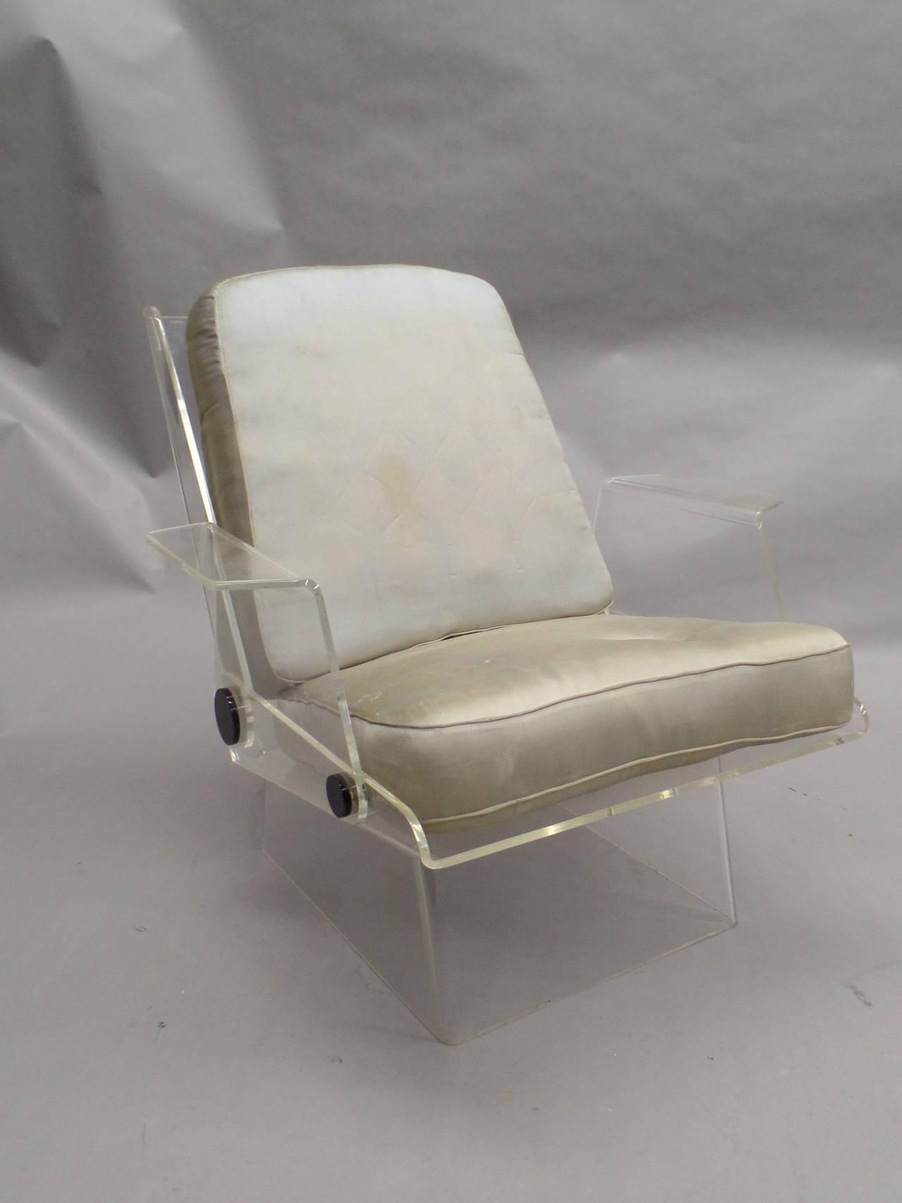 Chaise plexiglass but interesting handmade french flags for Chaise plexiglass fly