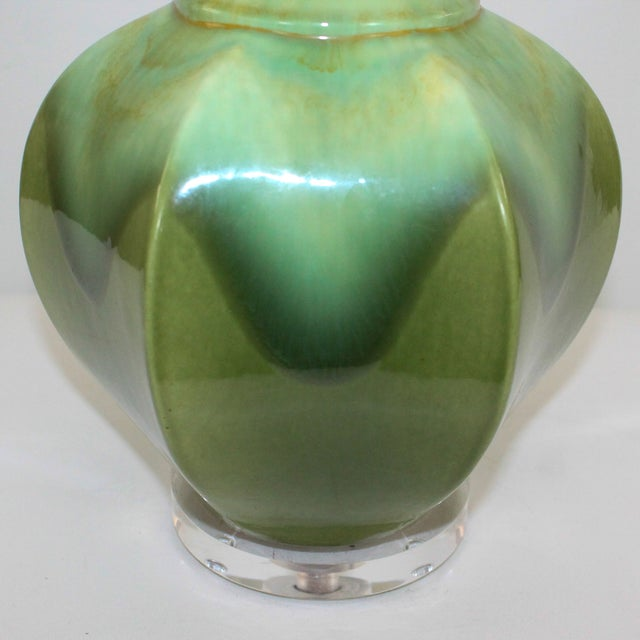 Hollywood Regency Green Pottery & Lucite Lamp - Image 3 of 6