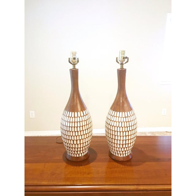 Fortune Lamp Company Mid-Century Chalk-Ware Brown and White Table Lamps. A Pair (2). - Image 2 of 6