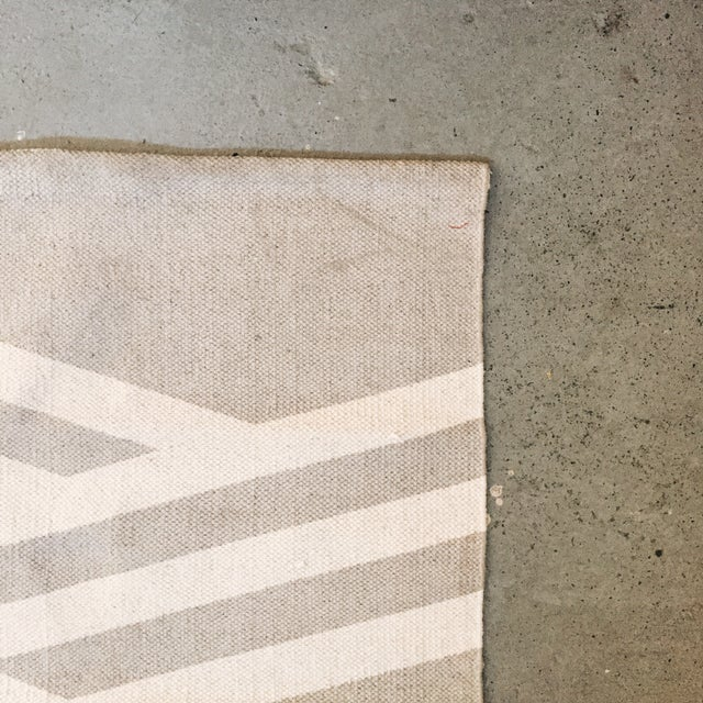 "Minimal Gray Cotton Screen Print Rug - 3'2"" x 2' - Image 5 of 5"