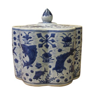 Chinese Blue White Flower Shape Porcelain Fishes Flowers Accent Jar
