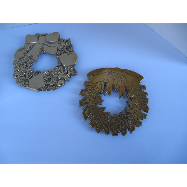 Brass Christmas Wreath Trivets - a Pair - Image 2 of 3