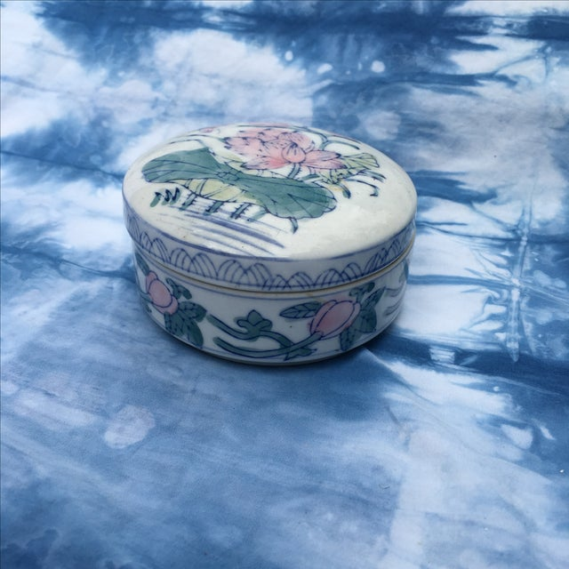 Vintage Chinoiserie Round Porcelain Box - Image 5 of 5