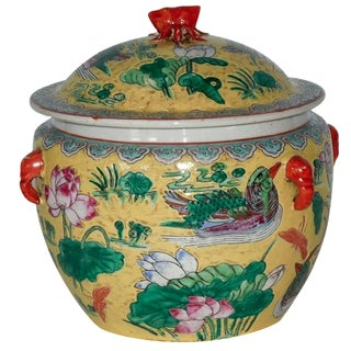 Late Qianlong-Era Famille Jaune Lidded Pot