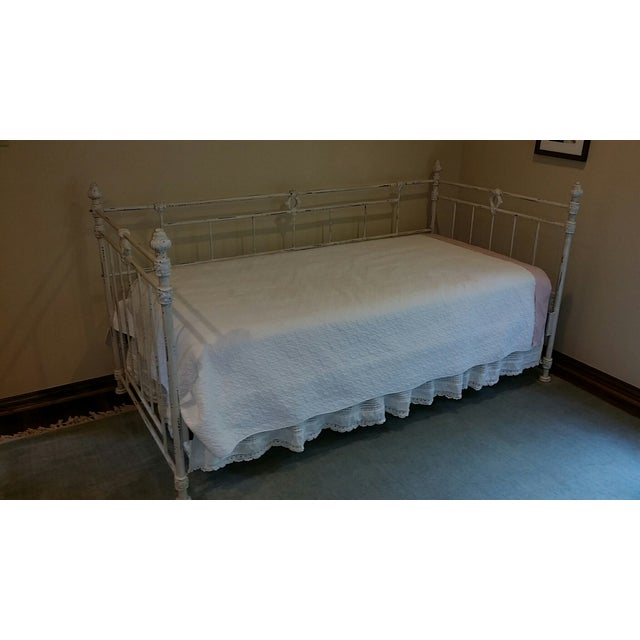 vintage shabby chic white iron daybed chairish. Black Bedroom Furniture Sets. Home Design Ideas