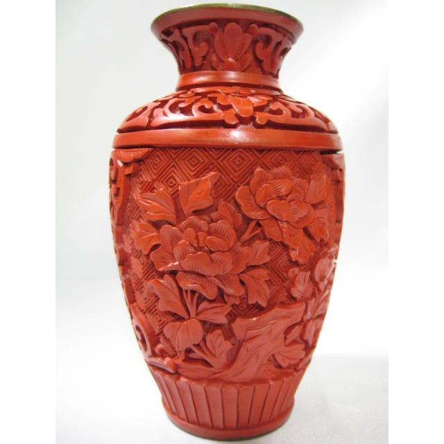 Small Mid-Century Chinese Cinnabar Cabinet Vase - Image 4 of 9