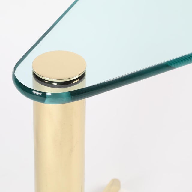 1970S WEDGE-SHAPED OCCASIONAL TABLE IN BRASS AND GLASS BY PACE FURNITURE - Image 7 of 7